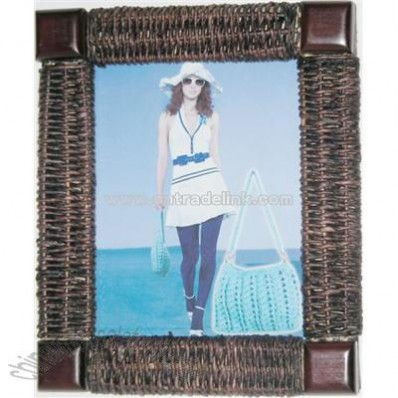 Photo frame knitted with rattan